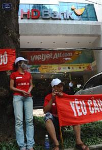 Nhân viên nhà máy thép Thành Đô biểu tình trước Ngân hàng Thương mại HDBank ở Hà Nội vào ngày 14 Tháng 8 năm 2012.  Ảnh minh họa. AFP photo