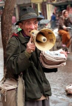 Ảnh minh họa: một người già Việt Nam mưu sinh trên đường phố.