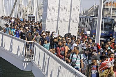 Sau khi rời khỏi các nhà ga xe lửa chính của Budapest hàng ngàn người di cư tiếp tục đi bộ đến biên giới nước Áo. Ngày 4 tháng 9, 2015. AFP