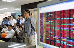 """Một phiên giao dịch """"đỏ sàn"""" tại một công ty chứng khoán ở Việt Nam trước đây, ảnh minh họa. AFP"""