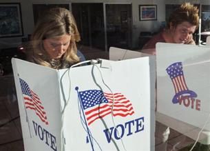 Người dân bỏ phiếu tại cuộc bầu cử giữa kỳ ở Beverly Hills, California, vào ngày 2 tháng 11 năm 2010. AFP PHOTO.