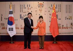 Chủ tịch Trung Quốc Tập Cận Bình và TT Nam Hàn Park Geun-Hye (phải) tại Seoul hôm 3/7/2014. AFP PHOTO.