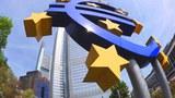 Một biểu tượng khổng lồ của đồng tiền chung Châu Âu bên ngoài trụ sở của Ngân hàng Trung ương châu Âu (ECB) tại Frankfurt.