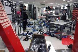 Một cửa hàng bán giày bị phá do người dân phản đối lệnh Thắt lưng buộc bụng do chính phủ ban hành. Ảnh chụp hôm 13/2/2012. AFP