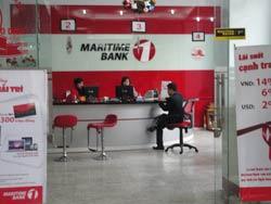 Giao dịch bên trong ngân hàng Maritime ở Hà Nội. RFA photo