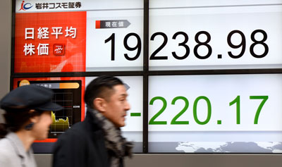 Một bảng điện tử báo chỉ số Nikkei trước một công ty chứng khoán tại Tokyo vào ngày 14 tháng 2 năm 2017.