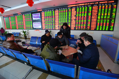 Các nhà đầu tư chứng khoán Trung Quốc chơi bài tại một điểm giao dịch ở tỉnh An Huy, Trung Quốcngày 03 tháng 2 năm 2017.