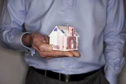 Ảnh minh họa một ngôi nhà được làm bằng các tờ tiền giấy Euro. AFP photo