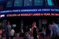 """Bảng điện tại Times Square, New York thông báo """"Standard & Poor's hạ điểm tín dụng Hoa Kỳ từ AAA đến AA +"""" vào ngày 5 tháng 8 năm 2011. AFP"""