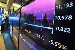 Đồ thị giao dịch trong ngày và chỉ số Dow Jones ngay sau tiếng chuông đóng cửa tại Sàn Giao dịch Chứng khoán New York hôm 08/8/2011. AFP