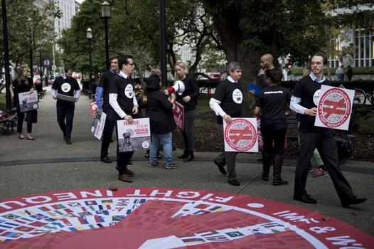 Các nhà hoạt động phản đối sự bất bình đẳng bên ngoài Ngân hàng Thế giới trong cuộc họp thường niên năm 2017.