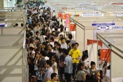 Người dân Trung Quốc tìm kiếm cơ hội việc làm tại một hội chợ việc làm ở tỉnh An Huy phía đông Trung Quốc hôm 26/9/2011. AFP