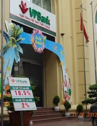 Bảng niêm yết lãi suất tiết kiệm tại ngân hàng VP-Bank hôm 11/6/2012. RFA photo