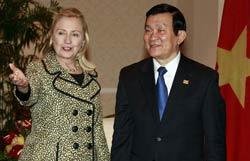 Ngoại trưởng Hillary Clinton và Chủ tịch nước VN Trương Tấn Sang tại Honolulu, Hawaii hôm 10/11/2011. Photo courtesy of state.gov