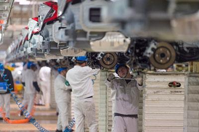 Công nhân làm việc trên dây chuyền sản xuất Honda Civic tại nhà máy Dongfeng Honda của hãng tại Vũ Hán, Trung Quốc hôm 6/2/2017.