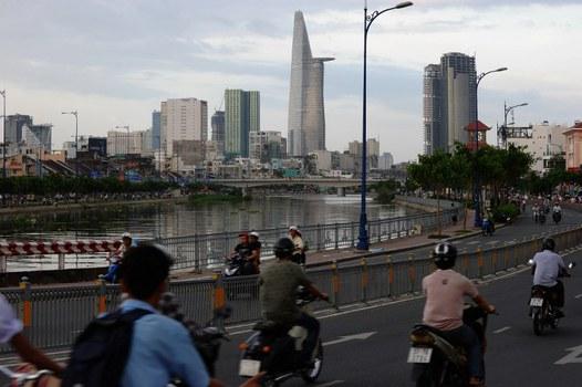Ảnh minh họa chụp một con đường ven sông Sài Gòn, hướng về trung tâm TPHCM hôm 19/11/2013.