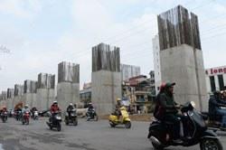 Công trình xây dựng đường xe điện trên cao (sky train) tại trung tâm thành phố Hà Nội hôm 26 tháng 2 năm 2014. AFP PHOTO / HOANG DINH Nam.