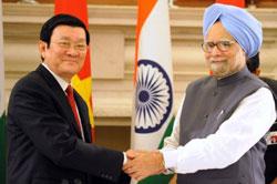 Chủ tịch nước Trương Tấn Sang (T) bắt tay Thủ tướng Ấn Đô Manmmohan Singh tại New Delhi hôm 12 tháng 10 năm 2011. AFP photo
