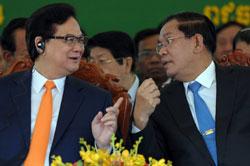 Thủ tướng Việt Nam Nguyễn Tấn Dũng (trái) nói chuyện với Thủ tướng Campuchia Hun Sen (phải) trong buổi lễ khánh thành chính thức của bệnh viện Chợ Rẫy - Phnom Penh tại Phnom Penh vào ngày 13 Tháng 1 năm 2014. AFP photo