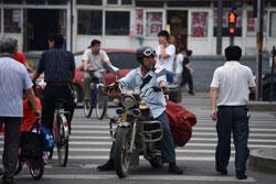 Người dân Trung Quốc trên đường phố ở Bắc Kinh vào ngày 24 tháng 6 năm 2013. AFP photo