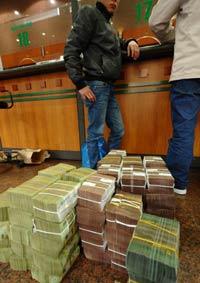 Khách hàng gửi tiền tại một ngân hàng thương mại ở Hà Nội hôm 23/2/2011. AFP photo