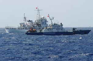 Tàu hải giám Trung Quốc (màu trắng, phía sau) ngay sát tàu Việt Nam trên Biển Đông hôm 14/5/2014.