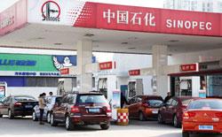 Xe hơi mua xăng tại một trạm xăng Sinopec tại thành phố Nam Kinh, phía đông tỉnh Giang Tô, Trung Quốc hôm 21 tháng 03 năm 2012. AFP PHOTO.