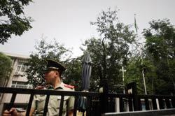 Một cảnh sát Trung Quốc canh gác tại cổng Đại sứ quán Libya ở Bắc Kinh ngày 22 Tháng Tám 2011. AFP