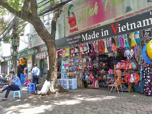 """Những cửa hàng """"Made in Vietnam""""  trên đường phố."""