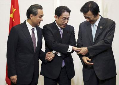 Ngoại trưởng Nhật Bản Fumio Kishida (giữa), Ngoại trưởng Trung Quốc Vương Nghị (trái) và ngoại trưởng Hàn Quốc Yun Byung-se chụp ảnh tại Tokyo hôm 23/8/2016. AFP photo