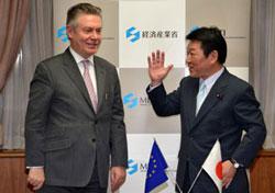 Bộ trưởng Kinh tế, Thương mại và Công nghiệp Nhật Bản Toshimitsu Motegi (P) và Cao ủy Thương mại châu Âu Karel De Gucht (T) tại Tokyo hôm 25/3/2013. AFP photo