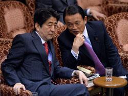 Thủ tướng Nhật Bản Shinzo Abe (trái) thảo luận với Bộ trưởng Tài chính Nhật Bản Taro Aso trong phiên họp về ngân sách quốc gia tại Tokyo vào ngày 25 Tháng 4 năm 2013. AFP photo