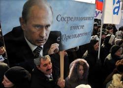 Một người đàn ông cầm ảnh của ứng cử viên tổng thống Nga Vladimr Putin trong một cuộc biểu tình ủng hộ ông tại Saint Petersburg ngày 18 tháng 2 năm 2012. AFP