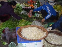 Người nghèo buôn bán trong một khu chợ nhỏ ở Hà Nội. Ảnh chụp tháng 4/2012. RFA photo
