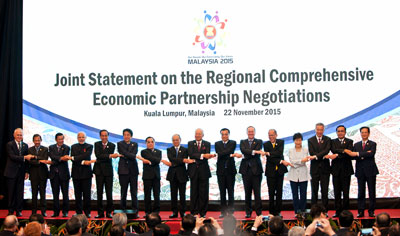 Thủ tướng Trung Quốc Lý Khắc Cường tham dự buổi thảo luận về Hiệp định RCEP tại Kuala Lumpur, Malaysia, ngày 22 tháng 11 năm 2015.