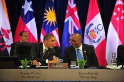 Tổng thống Obama nói chuyện với Đại diện Thương mại Mỹ Ron Kirk (P) tại Hội nghị thượng đỉnh tại Honolulu hôm 12/11/2011. AFP