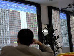 Một người đang dõi theo bảng điện chứng khoán ở VN năm 2008. AFP photo