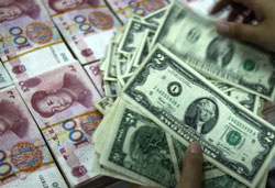 Đồng Nhân dân tệ và đồng đô la Mỹ. AFP PHOTO.