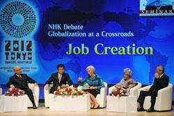 Giám đốc điều hành Quỹ Tiền tệ Quốc tế (IMF) Christine Lagarde (giữa) hội thảo cùng Chủ tịch điều hành của Diễn đàn Kinh tế Thế giới Klaus Schwab (trái), Bộ trưởng Tài chính Nhật Bản Koriki Jojima (thứ 2 từ trái), Tổng thống Liberia Ellen Johnson Sirleaf (thứ 2 từ phải) và Chủ tịch hãng Hitachi Nhật Bản, Takashi Kawamura (phải) tại Tokyo hôm 11/10/2012. AFP