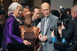 Giám đốc điều hành IMF Christine Lagarde (trái), Bộ trưởng Tài chính Nigeria Ngozi Okanjo-Iweala (thứ 2 từ trái) và tổng giám đốc Tổ chức Thương mại Thế giới Pascal Lamy (thứ 3 từ trái) tại Tokyo hôm 13/10/2012. AFP photo