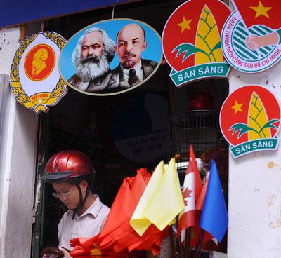 Một cửa hàng bán các mặt hàng tuyên truyền cho đảng cộng sản với chân dung Karl Marx và Vladimir Lenin ở Hà Nội hôm 29/9/2010.