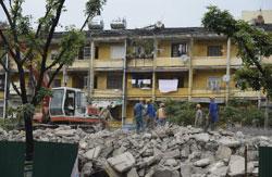 Chính quyền thành phố Hà Nội phá các chung cư cũ có niên đại từ năm 1960 để xây những tòa nhà hiện đại. Ảnh chụp hôm 21/11/2012. AFP