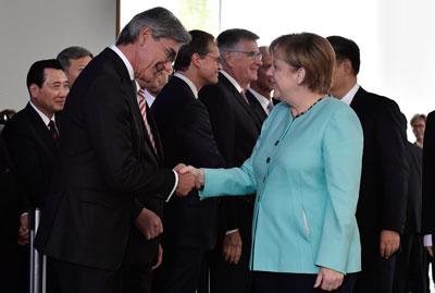 Thủ tướng Đức Angela Merkel bắt tay Chủ tịch Siemens Joe Kaeser (trái) tại Berlin vào ngày 5 tháng 7 năm 2017.
