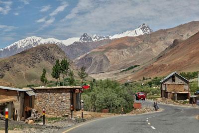Con đường Tơ lụa đoạn đi qua làng Himalaya ở Ladakh, Ấn Độ.