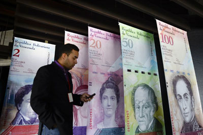 Biểu tượng tiền tệ của Venezuela, Bolivar, tại Ngân hàng Trung ương Venezuela (BCV), Caracas vào ngày 07 tháng 12 năm 2016.