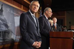 Lãnh tụ khối đa số tại Thượng viện, nghị sĩ Harry Reid, họp báo về cuộc khủng hoảng giới hạn nợ liên bang hôm 27/7/2011 tại Washington, DC. AFP