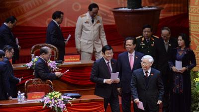Tổng Bí thư ĐCSVN Nguyễn Phú Trọng và các thành viên Bộ Chính trị bước xuống bỏ phiếu tại Đại hội đảng toàn quốc tại Hà Nội hôm 26/1/2016. AFP photo