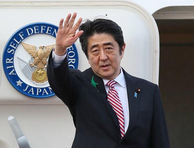 Thủ tướng Shinzo Abe của Nhật Bản tại sân bay quốc tế Tokyo ngày 21 tháng 4, 2015. Ông Shinzo Abe lên đường tham dự Hội nghị cấp cao Á-Phi tại Jakarta