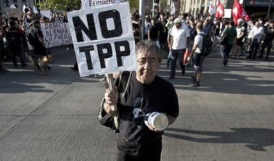 Biểu tình phản đối Hiệp định Đối tác Kinh tế Xuyên Thái Bình Dương TPP tại Santiago, Chile hôm 4/2/2016. AFP PHOTO.