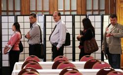 Người tìm việc xếp hàng nộp hồ sơ xin việc tại hội chợ việc làm San Francisco hôm 12 tháng 7 năm 2011. AFP photo